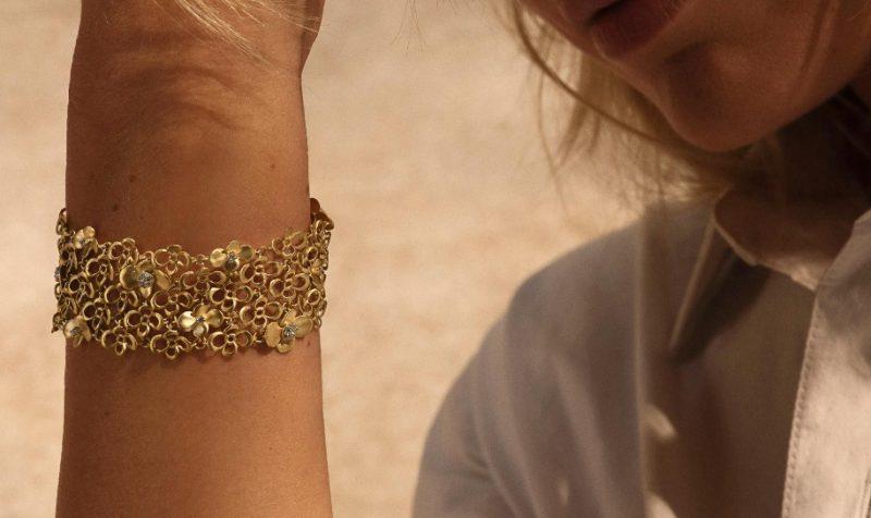 Femme avec un bracelet