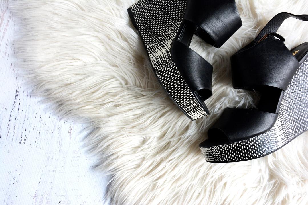 sandales compensées noires