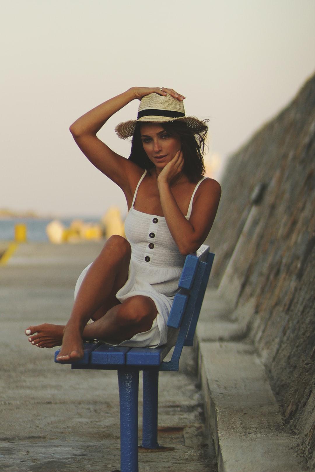 robe blanche chapeau
