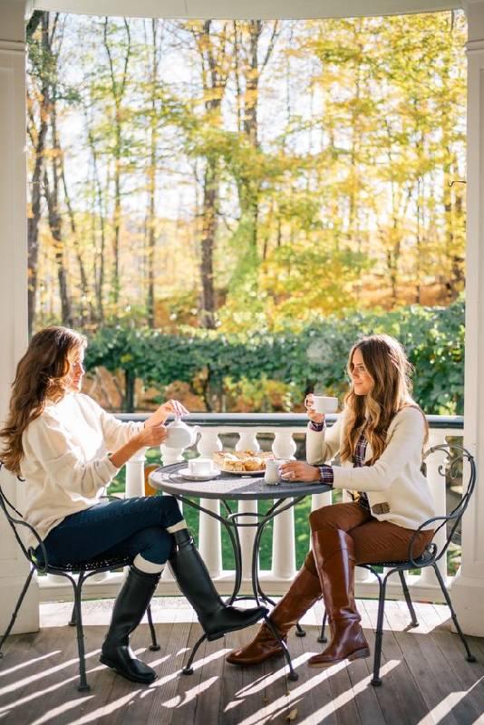 un look d'automne BCBG avec des pantalons et des maigres, des bottes d'équitation, des pulls blancs et des chemises à carreaux