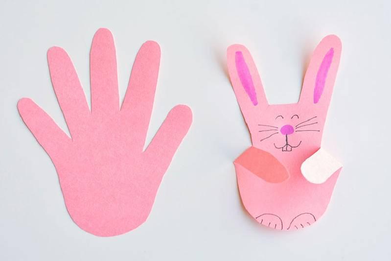Idée de bricolage avec des empreintes de main pour faire lapin de Pâques